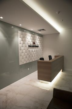 makstudio-arquitetura-escritório-advocacia-recepção Law Office Design, Medical Office Design, Modern Office Design, Modern Interior Design, Clinic Interior Design, Clinic Design, Office Wall Colors, Business Office Decor, Reception Desk Design