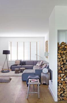 Interieur met hoekhaard en hout-opslag. Inspiratie via Twee-onder-één-kap in Bloemendaal - vtwonen #hoekhaard