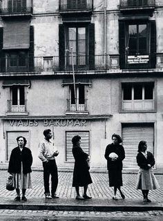 Waiting for the bus, Barcelona, 1956 // Ramón Massats Insect Photography, Vintage Photography, Street Photography, Animal Photography, Black White Photos, Black And White Photography, Old Photos, Vintage Photos, Barcelona
