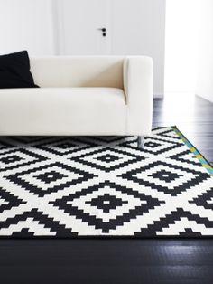 Geef je kamer een stoere uitstraling met deze KLIPPAN bank en het LAPPLJUNG RUTA vloerkleed. #IKEA