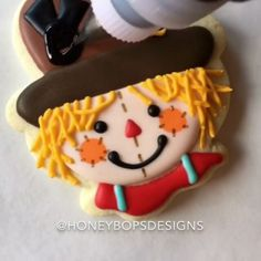 Oh my!! The sweetest scarecrow you ever did see!!! By @honeybopsdesigns (cookie cutter from the @sweetsugarbelle collection) #scarecrow #halloween #video #videos #tutorial #tutorials #instavideo #decoratedcookies #socute