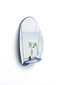 A mirror reflects reality – but only part of it. The Split Mirror does this on three sides. Thanks to the fold in the sheet of coated metal that splits the mirror, you can see yourself three times, from three different angles. The Split Mirror is available in three models, each providing its own perspective: a convenient table, decorative wall and free-standing model.