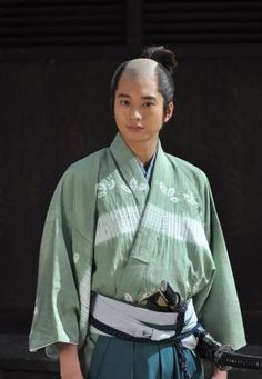 "Actor Mukai Osamu will be appearing in NHK's historical drama ""Gou ~Hime Tachi no Sengoku~"" and recently, he showed off his costume from the set, complete with a ""chonmage"" haircut (the traditional samurai haircut from the Edo Period)."