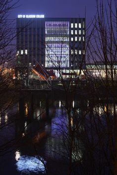 City of Glasgow College - Glasgow, UK – Architectural project: Reiach and Hall & Michael Laird Architects – Lighting project: Gordon McNeil of FES – Lighting products: iPro, Led tube,  Light Up by iGuzzini Illuminazione – Photo: James Newton #iGuzzini #Lighting #Light #Luce #Lumière #Licht #College #Glasgow #CityofGlasgowCollege #CityofGlasgow #Working #School #RGB #Colours #Lightingeffects #ColouredLight #LinesofLight