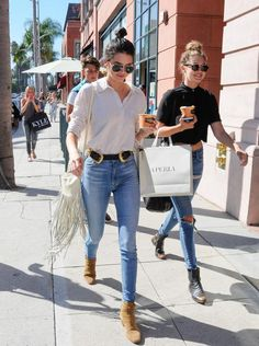 #KendallJenner adopte le sac à franges clair. #StreetStyle