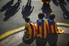 Barcellona, migliaia in piazza per l'indipendenza - Corriere.it. Manifestanti a favore dell'indipendenza della Catalogna a Barcellona. Migliaia di persone sono tornate in piazza dopo che, qualche giorno fa, il presidente catalano Artur Mas ha assicurato che non sarà celebrato in Catalogna il referendum indipendentista inizialmente previsto per il 9 novembre e poi sospeso dalla Corte costituzionale spagnola. Mass ha detto che i catalani saranno chiamati alle urne.
