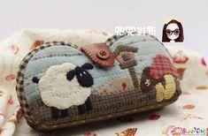 선글라스 또는 안경 케이스 자료 입니다. 세상의 자료가 어디 이것뿐이겠습니까만 몇 가지만 간추려 보았어... Patchwork Designs, Patchwork Bags, Quilted Bag, Quilting Designs, Wool Applique, Applique Patterns, Applique Quilts, Quilt Patterns, Small Quilts