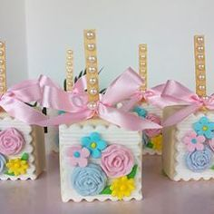 Nenhuma descrição de foto disponível. Rice Krispie Treats, Rice Krispies, Magnum Paleta, Girl Birthday, Birthday Parties, 242, Cake Pops, Chocolates, Fondant