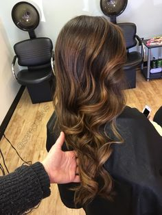 Golden honey warm highlights for chocolate brown and dark brown hair types // balayage for black brown hair
