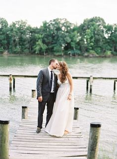 Rustic wedding by the river | sodazzling.com | photography : vickigraftonphotography.com