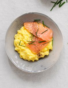 Recette Oeufs brouillés au saumon : Cassez 8 œufs dans une casserole et ajoutez sel, poivre et 25 g de beurre en lamelles. Posez sur feu modéré et faites cuire en remuant sans cesse avec une spatule, jusqu'à ce que les oeufs soient juste pris. Retirez du feu et ajoutez 1 cuil. à soupe de cr�...
