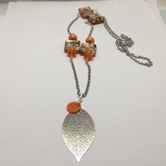 Collier long, feuille, couleur orange  réf 765 de la boutique perlesacoco sur Etsy