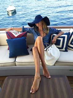 Elle MacPherson shows off her toned tummy and impossibly long legs Elle Macpherson, Brooklyn Decker, Yachting Club, Estilo Navy, Bootfahren Outfit, Outfit Posts, Toned Tummy, Parisienne Chic, Paris Match