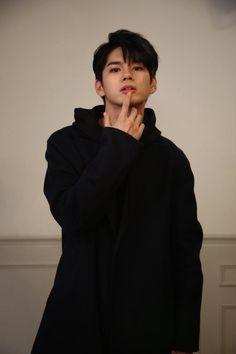 """Ong Seongwu bukan sekedar Fanboy biasa. Dia bergabung dengan situs """"O… #fiksipenggemar # Fiksi penggemar # amreading # books # wattpad"""