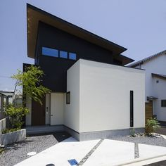 . 正面2階の横長の窓は 横すべり出し窓とはめ込み窓を使い 凹凸を目立たせないようにしています。 . また、1枚の片流れ屋根の隅を 切り取ったような形にすることで シンプルな外観に奥行と変化を持たせています。 . 塗り壁とガルバリウムのバランスも絶妙。 すべて「ちょっとカッコイイ家」を つくるために計算していることです。 #外観#ファサード#片流れ屋根#ガルバリウム#黒#塗り壁#白#fix窓#モルタル#ykkap#外構#庭#自分らしい暮らし #デザイナーズ住宅 #注文住宅新築 #設計士と直接話せる #設計士とつくる家 #コラボハウス #インテリア #愛媛 #香川 #新築 #注文住宅