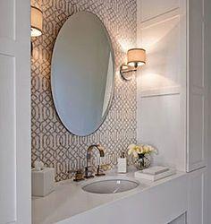 luminarias laterias, espelho e pia, com papel de parede ao fundo e distanciamento do espelho