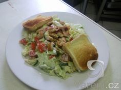 Osvěžující zeleninový salát s kuřecím masem netradiční chuti, podávaný s osmahnutým toustem. Recept na 4 porce.