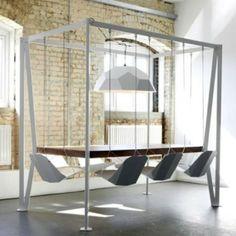 Super gave tafel met zwevende stoelen. Misschien ooit nog eens maken...