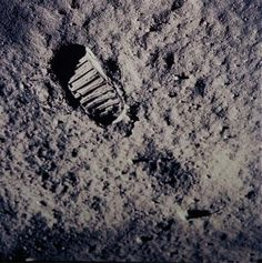 make the footprints on the moon like look this.
