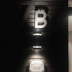 Nummer og dørskilt fra @designrik_bryne på plass 👌🏻 Sjekk ut mer på www.designrik.no ✨👍 • • • • • • • • • • #villariarveien#dørskilt#husnummer#designrik_bryne #ekstriør #tall#skilt#interiorsinpo