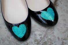 Especial #DIY de zapatos Transforma esos zapatos y dale un toque único y original, elige la figura que más te guste y decora.
