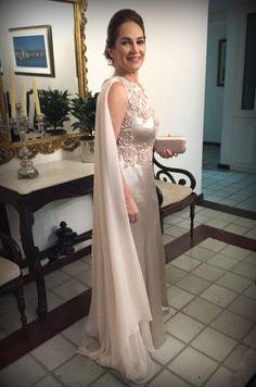 Vestido sob medida para mãe do noivo;  Vestido rosê com bordados de flores e detalhe de musseline no ombro.  http://www.estherbaumanblog.com.br/2017/01/maes-dos-noivos-maedonoivo-tania.html