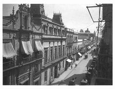 1era Calle de San Francisco, Plateros, hoy Madero, a la izquierda se observa La Casa de los Azulejos, todas las contrucciones sobreviven hasta nuestras fechas con sus respectivas modificaciones, el edificio desde donde se toma la imagen ya no existe, al fondo la Cupula de la Profesa. Finales del siglo XIX
