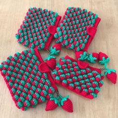 まさかまた編むとは完全に思ってなかった、苺ちゃん🍓ポーチ。実は去年編んだ苺ちゃんポーチ🍓キャンセルが出て、1つだけ残ってたのをミンネさんに出品したらオーダーをちらほら受けまして。それで再び編むことになりました。作り方は過去ブログを参考にどうぞ。苺ちゃんポーチの作り方苺ちゃんポーチの作り方苺のチャームの作り方ということでオーダー頂いた分を編んでいきます。1つ目完成。2つ目完成。3つ目完成。4つ目はサイズ指定だったのでひとまわり小さいポーチです。内袋を縫い付けます。苺のチャームを作ります。ヘタの部分。実の部分。合体させて完成。ポーチにマグネットボタンとタグを縫い付けます。完成しました。しかし、しばらく編んでないと本当に忘れます😓あんまり編み方ノートに書き残してないので、自分のブログを遡って見て作るという(笑)覚書で...苺ちゃんポーチ、season4