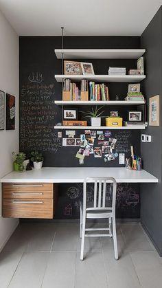 Ook in de kleine ruimtes in huis kan er nog gewerkt worden. Optimaal gebruik maken van de kleine ruimte #werkplek #interieur #thuis