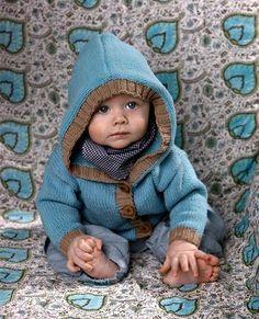 Strik en sød hættetrøje, der alt efter farvevalg passer til både drenge og piger.