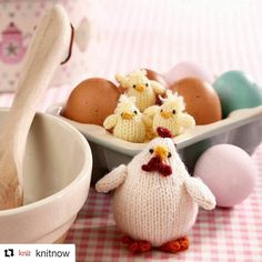 This is the knitting pattern to make hen and chicks. Knitting skill is basic knit and purl and all pieces are knitted flat and sewn up at the end. Chicks are small, so please take care when you are giving them to a small child. Amigurumi Patterns, Doll Patterns, Knitting Patterns, Crochet Patterns, Knitting Ideas, Easy Crochet, Crochet Toys, Easter Toys, Easter Bunny
