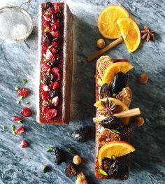 #手作りお菓子 Cake Aux Fruits ケーク・オ・フリュイ ケーク・オ・フリュイ・ルージュ . とフランス語で書くとアレですが要するに洋酒付けドライフルーツの入ったパウンドケーキですね(身も蓋もない)。一応クリスマスっぽくしてみましたが如何でしょうか。 フルーツは大きく大胆に飾れと書いてあったのでその通りにしたのですが、大胆が過ぎる気がします。そして切るときははずすしかないよねこれ。 . ちなみにラム酒を切らしていたので、ちーさんが貰ったんであろうブランデーをくすねて使いました。香りでバレる気もしますが、気のせいだよと言い張ろうと思います。ただし瓶を見たらめっちゃ減ってるけどね?(気のせい気のせい) . 本体は焼いてから一週間ぐらい寝かせていたので多分食べごろ。の予定。 . さあまだまだやることあるよー! 皆さま良い1日をー☺︎