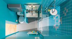 Pratique et habillée d'une faïence bleu turquoise, cette petite salle d'eau abrite une douche, des rangements et un W.-C. sur pied… Secrets de fabrication.
