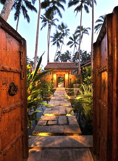 Set in the heart of three acres of exotic tropical gardens with palm fringed pavilions and reflection pools that create the grandeur and romance of Sri Lanka, Reef Villas is a truly s…