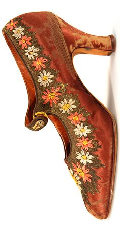 N.Hess' Sons: Copper color satin strap shoes, decorated with flower embroidery along the edge - 1920s - France