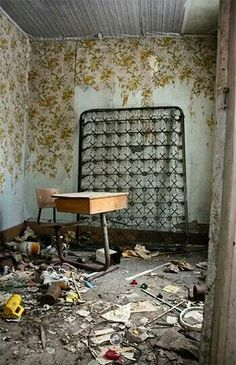 Abandoned Ontario Abandoned Mansions, Abandoned Places, Beautiful Homes, Beautiful Places, Forgotten Treasures, Old Farm Houses, Hanging Pictures, Haunted Places, Urban Decay