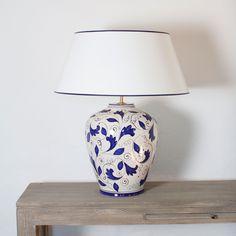 Tischlampe Cortona 60 cm, mit cremefarbenem Strichlackschirm - Emma Home Ceramic Painting, Ceramic Art, Blue Pottery, Painted Plates, Unique Lamps, Pottery Making, Tile Art, Lamp Design, Glass Jars