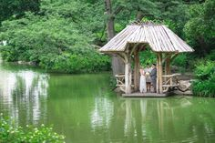 Looking for a unique and memorable wedding venue and honeymoon destination in one? We love the fab idea of getting married in New York's Central Park…