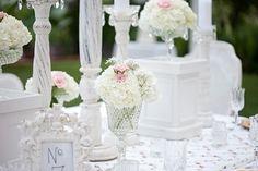 shabby chic mariage, décoration en bois, nappe en motifs floraux
