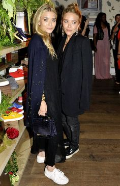 Mary-Kate & Ashley Olsen in minimal looks with Superga sneakers Mary Kate Ashley, Ashley Olsen Style, Olsen Twins Style, Olsen Fashion, Olsen Sister, Mode Inspiration, Look Fashion, Fashion Black, Petite Fashion