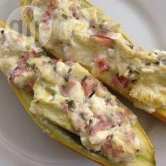 Gefüllte Gelbe Zucchini - Dieses supereinfache Gericht für gefüllte Zucchini schmeckt besonders gut wenn man gelbe Zucchini nimmt, aber grüne gehen natürlich auch. http://de.allrecipes.com/rezept/10024/gef-llte-gelbe-zucchini.aspx