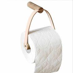 Voor een Scandinavische stijl in je badkamer kies je deze mooie wc-rolhouder. Hij is - natuurlijk - gemaakt van eikenhout en leer. Het leren riempje zit stevig vast in de uitsparing van de muurhouder: je zet het met een schroefje onzichtbaar vast. #toiletrolhouder #wcrolhouder #bywirth #badkameraccessoires #byjensen
