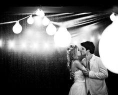 O beijo do casal Lygia Dainesi e Renato Flaquer. Casamento na praia com decoração de luzinhas. Vem ver : www.yeswedding.com.br/pt/antena-yes/post/alto-astral-e-muito-amor