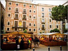 Placa del Pi(Square) Art Fair every weekend. Little farmer markets full of authentic products from Cataluña. Plaça de Sant Josep Oriol i Pi Art fair Sat 11:00 – 20:00, Sun 11:00 -14:00 | Organic market 1st & 3rd Fri – Sun of the month