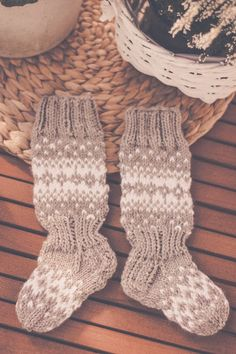 Knitting Charts, Baby Knitting Patterns, Knitting Socks, Best Baby Socks, Diy Pillows, Yarn Crafts, Leg Warmers, Mittens, Knit Crochet