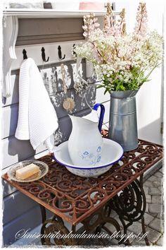 Sinisen talon kuulumisia, pesupöytä