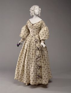 Print gown, dated c. McCord Museum collection: - this looks like a fine wool with a printed design. 1800s Fashion, 19th Century Fashion, Victorian Fashion, Vintage Fashion, Vintage Outfits, Vintage Dresses, Historical Costume, Historical Clothing, Old Dresses