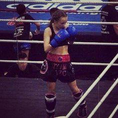 Ready for action. Stefania Rosanna Di Lella in de ring voor aanvang van haar wedstrijd op het NK in Almere. @steffie.dl @rosannamuaythai @stefaniarosanna #ttc #total #training #center #kickboxing #kickbox #boxen #boksen #muay #thai