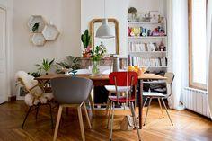 un appartement parisien : le mélange des chaises donnent du caractère et du style à la salle à manger