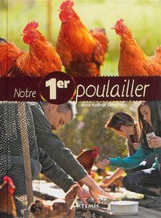 Ce guide pratique reprend le journal de bord d'une famille qui élève des poules pour la toute première fois, avec des indications pratiques sur la construction de poulailler, le soin et l'alimentation des poules, etc.